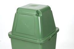Ciérrese encima de bote de basura verde Foto de archivo libre de regalías