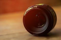Ciérrese encima de cámara de la lente en la madera Foto de archivo