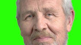 Ciérrese encima de cabeceos mayores del hombre con la cabeza almacen de metraje de vídeo
