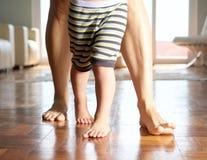 Ciérrese encima de caminar de la madre y del niño pequeño Foto de archivo