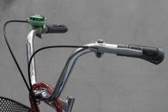 Ciérrese encima de campana de la bicicleta en los manillares Imagen de archivo