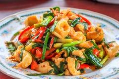 Ciérrese encima de cangrejos del shirmp del calamar del curry de los mariscos de la fritada en la placa foto de archivo