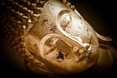 Ciérrese encima de cara de Buda de oro. Tailandia Fotos de archivo