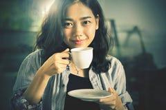 Ciérrese encima de cara de la mujer asiática con la taza de café caliente lista para beber Imágenes de archivo libres de regalías
