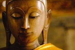 Ciérrese encima de cara en la estatua de la cabeza de Buda con efecto luminoso Fotografía de archivo libre de regalías