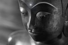 Ciérrese encima de cara en la estatua de la cabeza de Buda y el estilo blanco y negro de la imagen Imagenes de archivo