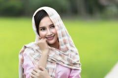Ciérrese encima de cara de la mujer hermosa del Lao que lleva la tradición local en campo verde del arroz fotos de archivo libres de regalías