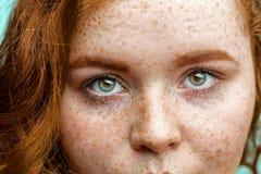 Ciérrese encima de cara macra de la mujer pecosa joven del jengibre rojo con los ojos verdes hermosos Imagenes de archivo