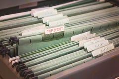 Ciérrese encima de carpetas de archivos en un cabinete de archivo Fotos de archivo libres de regalías