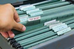 Ciérrese encima de carpetas de archivos en un cabinete de archivo Fotografía de archivo
