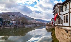 Ciérrese encima de casas viejas del otomano en Amasya Imagen de archivo