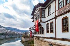 Ciérrese encima de casas viejas del otomano en Amasya Fotos de archivo