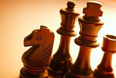 Ciérrese encima de colocar pedazos de ajedrez negros de madera Imagen de archivo libre de regalías
