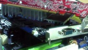 Ciérrese encima de componentes electrónicos del ordenador almacen de metraje de vídeo