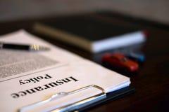 Ciérrese encima de concepto del coche del seguro del objeto coche del seguro con el tablero de clip, el cuaderno, la pluma y los  imágenes de archivo libres de regalías