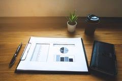 Ciérrese encima de concepto del negocio del objeto Lugar de trabajo del negocio en el tabl foto de archivo