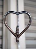 Ciérrese encima de corazón del metal en la falta de definición del fondo Fotografía de archivo libre de regalías