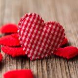 Ciérrese encima de corazón rojo del amor en fondo de madera Imagen de archivo