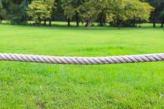 Ciérrese encima de cuerda en un parque Fotografía de archivo libre de regalías