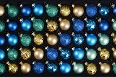 Ciérrese encima de decoraciones coloridas del árbol de navidad Fotografía de archivo libre de regalías