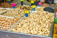 Ciérrese encima de diversas nueces con precios en el mercado en Tel Aviv, Israel Foco selectivo Fotos de archivo libres de regalías