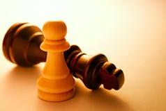 Ciérrese encima de dos pedazos de ajedrez blancos y negros Imagen de archivo