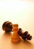 Ciérrese encima de dos pedazos de ajedrez blancos y negros Fotos de archivo libres de regalías