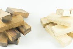 Ciérrese encima de dos pilas de bloques de madera de madera y blancos negros en el backgroud blanco Foto de archivo