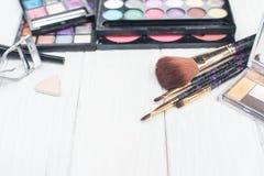 Ciérrese encima de equipo de la sombra con los cepillos para el maquillaje Fondo de la belleza Foto de archivo