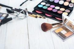 Ciérrese encima de equipo de la sombra con los cepillos para el maquillaje Fondo de la belleza Imagenes de archivo