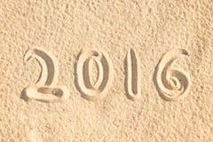 Ciérrese encima de escrito 2016 en la arena Imagen de archivo libre de regalías