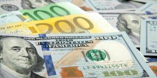Ciérrese encima de euro real del dólar de las notas Dólar y notas euro dólar del euro de las diferencias del símbolo Imágenes de archivo libres de regalías