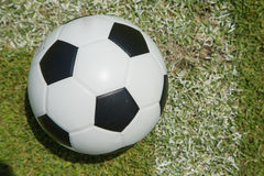 Ciérrese encima de fútbol en la meta Fotografía de archivo