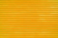 Ciérrese encima de fondo anaranjado de la textura de la puerta de la diapositiva de la hoja de metal Imagenes de archivo