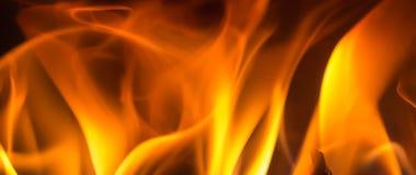 Ciérrese encima de fondo del carbón de leña de la llama fotografía de archivo