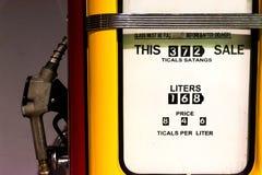 Ciérrese encima de fondo del dispensador de la gasolina del combustible imagen de archivo libre de regalías