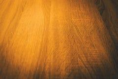 Ciérrese encima de fondo de madera anaranjado de la textura foco en el centro de Fotos de archivo