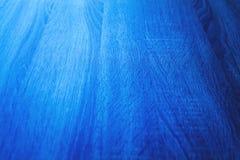 Ciérrese encima de fondo de madera azul de la textura foco en el centro del th Foto de archivo libre de regalías