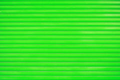 Ciérrese encima de fondo verde de la textura de la puerta de la diapositiva de la hoja de metal Fotografía de archivo