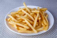 Ciérrese encima de Fried French Fries en la placa blanca imágenes de archivo libres de regalías