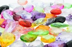 Ciérrese encima de granos plásticos coloridos. Imagen de archivo libre de regalías