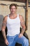 Ciérrese encima de hombre con los tatuajes Imagen de archivo libre de regalías