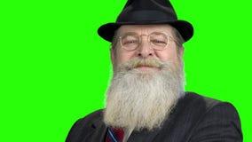 Ci?rrese encima de hombre mayor se est? atusando en la pantalla verde almacen de video