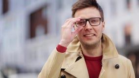 Ciérrese encima de hombre sonriente en lentes al aire libre metrajes