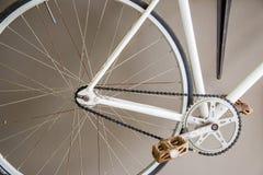 Ciérrese encima de imagen de la bicicleta blanca de la ciudad del vintage Imagen de archivo libre de regalías