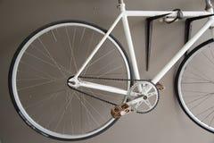 Ciérrese encima de imagen de la bicicleta blanca de la ciudad del vintage Fotos de archivo libres de regalías
