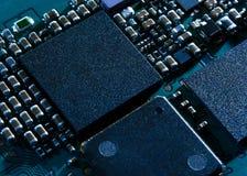 Ciérrese encima de imagen de la placa de circuito electrónica con el procesador Imagen de archivo libre de regalías