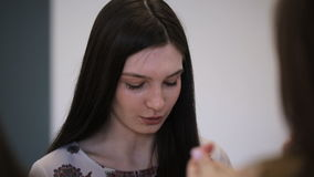 Ciérrese encima de imagen de la sentada femenina joven en la escuela modelo almacen de metraje de vídeo