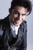 Ciérrese encima de imagen de un hombre sonriente de la moda de los jóvenes Imagen de archivo