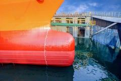 Ciérrese encima de imagen del buque de carga delantero en el mar foto de archivo libre de regalías